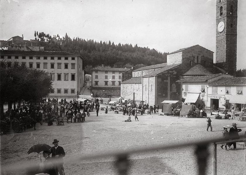 <em>Collezione R.Jahier, 1880 ca., Piazza Mino, Fiesole. Vista della Cattedrale dalla balconata davanti al Municipio </em>