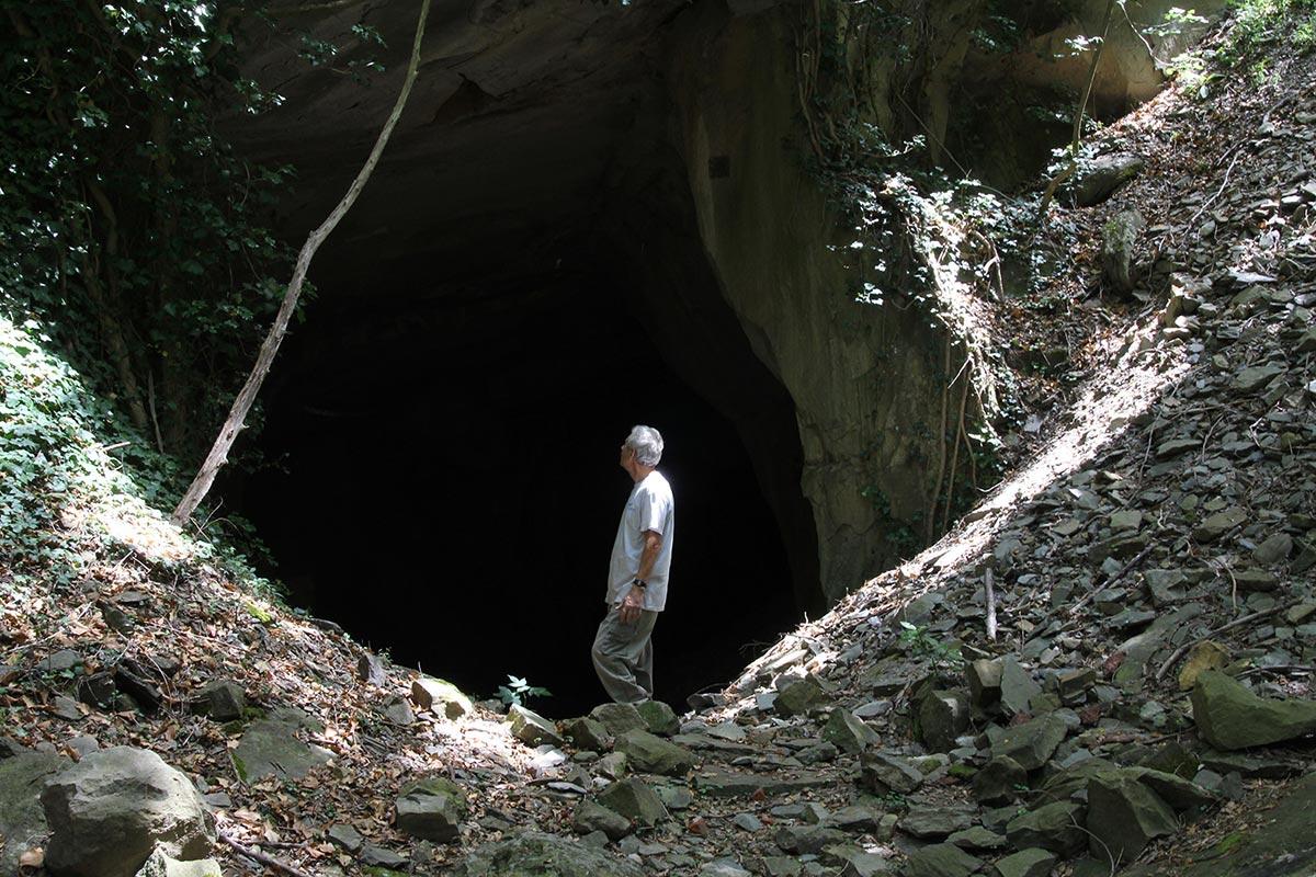 Guido N. Zingari, maggio 2014, Montececeri. Enrico Papini davanti all'ingresso di una vecchia cava