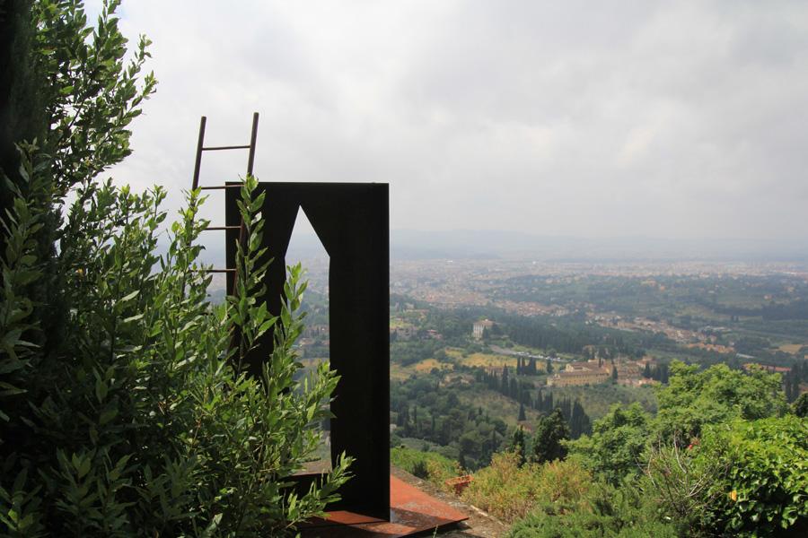 """Guido N. Zingari, giugno2014, Fondazione Michelucci. """"Archetipo"""", scultura di Mario Francesconi per il giardino della Fondazione"""