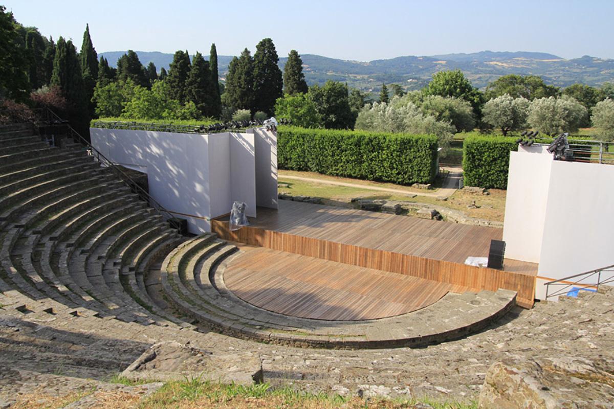 """Guido N. Zingari, giugno2014, Fiesole. Vista del Teatro Romano allestito per la rappresentazione """"La terra, Il colore"""""""
