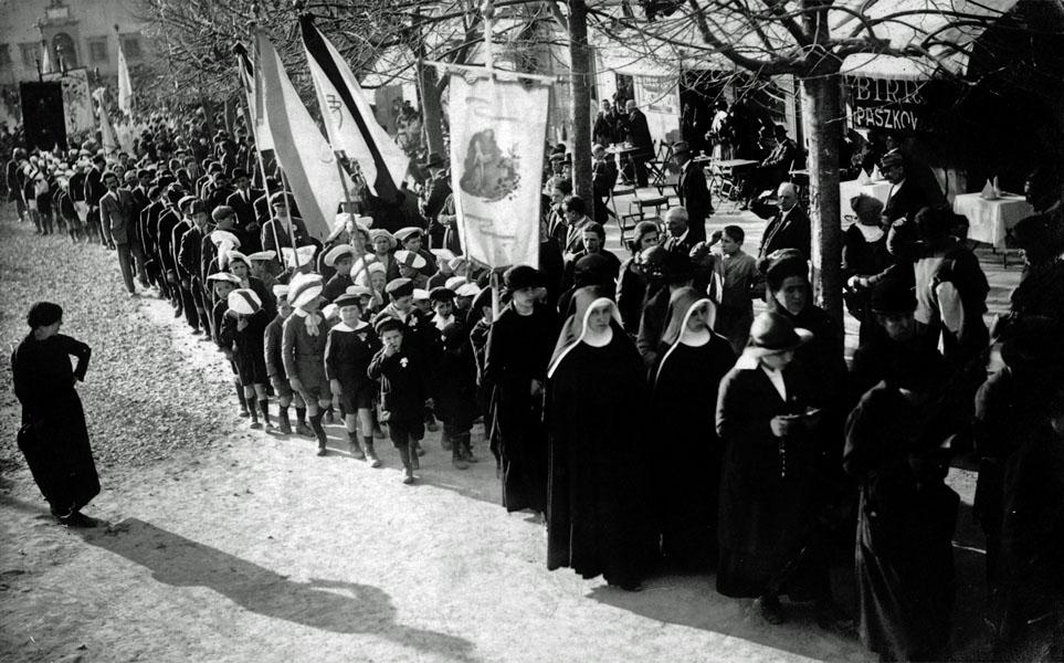 Collezione R. Jahier, 1925 ca., Piazza Mino. Processione