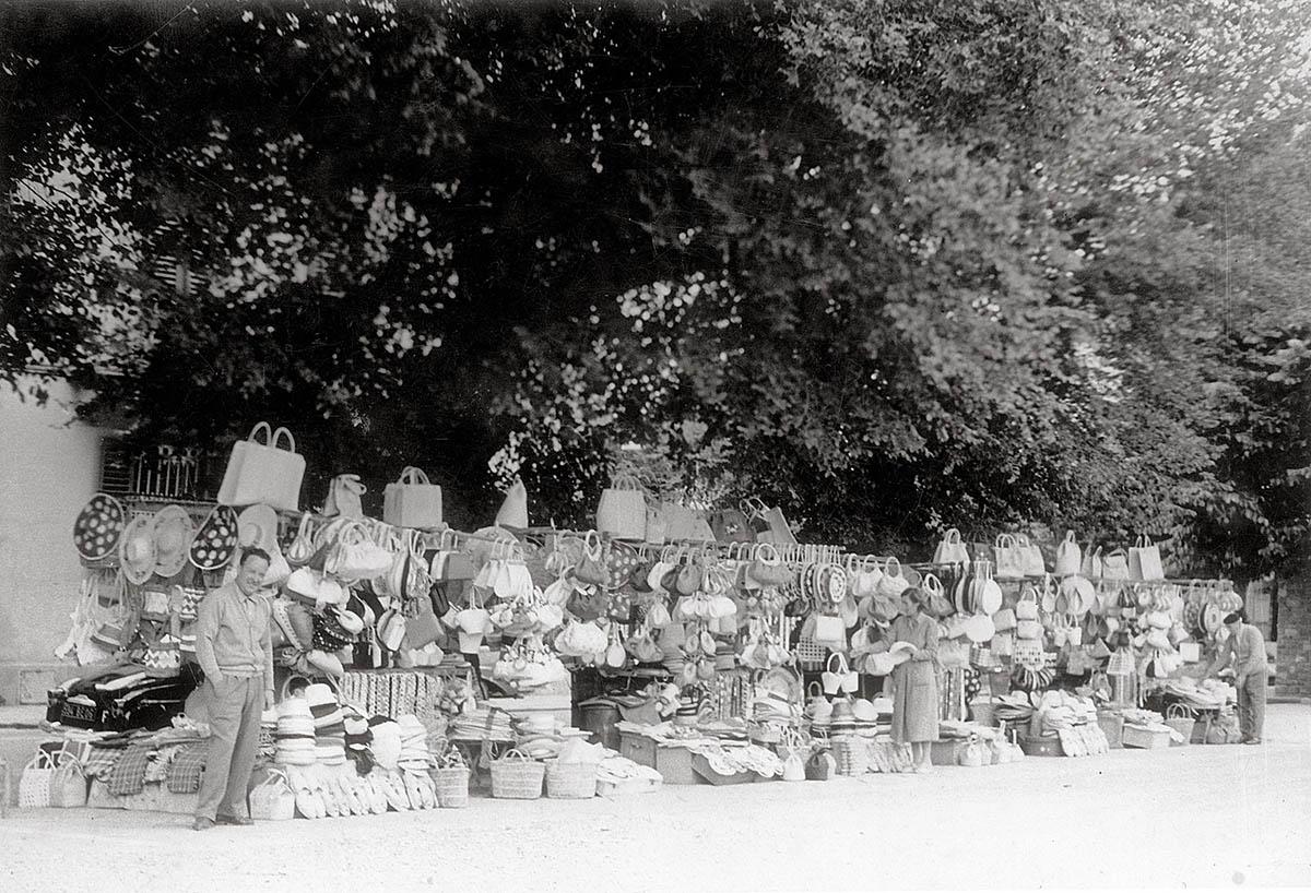 Collezione R. Jahier, 1954, Piazza Mino. Banchi di paglia