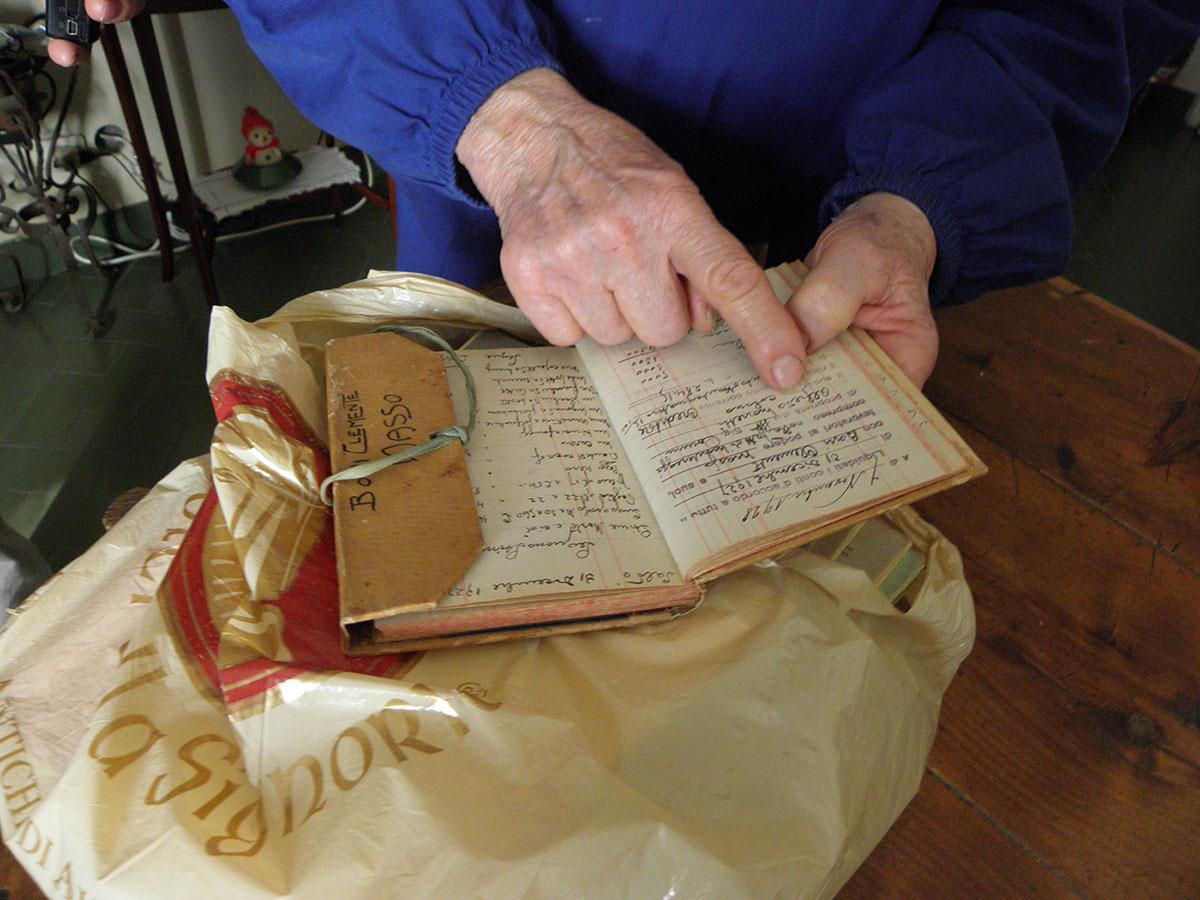 Lilli Bacci, gennaio 2011 , Bosconi. Silvana Boni mostra i libretti colonici
