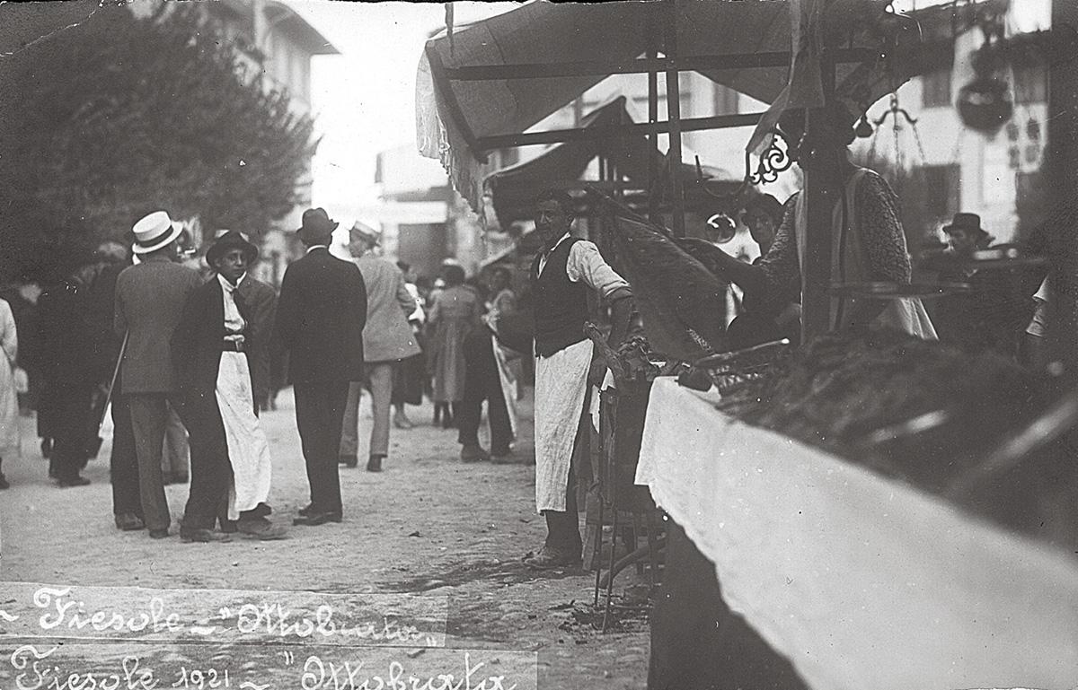 """Collezione R. Jahier, 1921 , Fiesole. """"Ottobrata"""", festa dell'uva in Piazza Mino"""