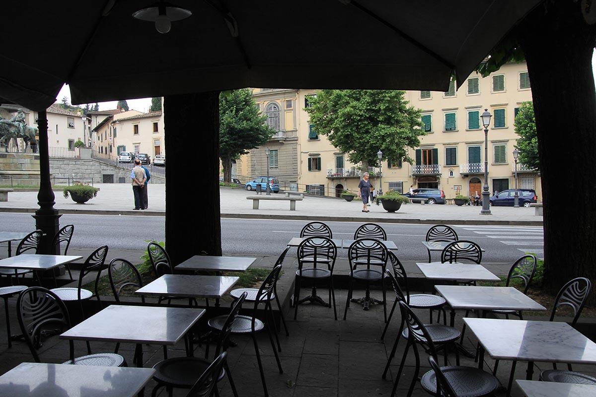 Guido N. Zingari, giugno2014, Fiesole. Tavolini all'aperto in Piazza Mino